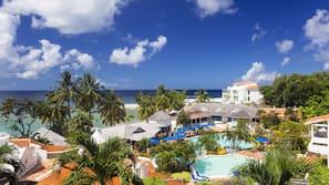 6 piscines extérieures, parasols de plage, chaises longues