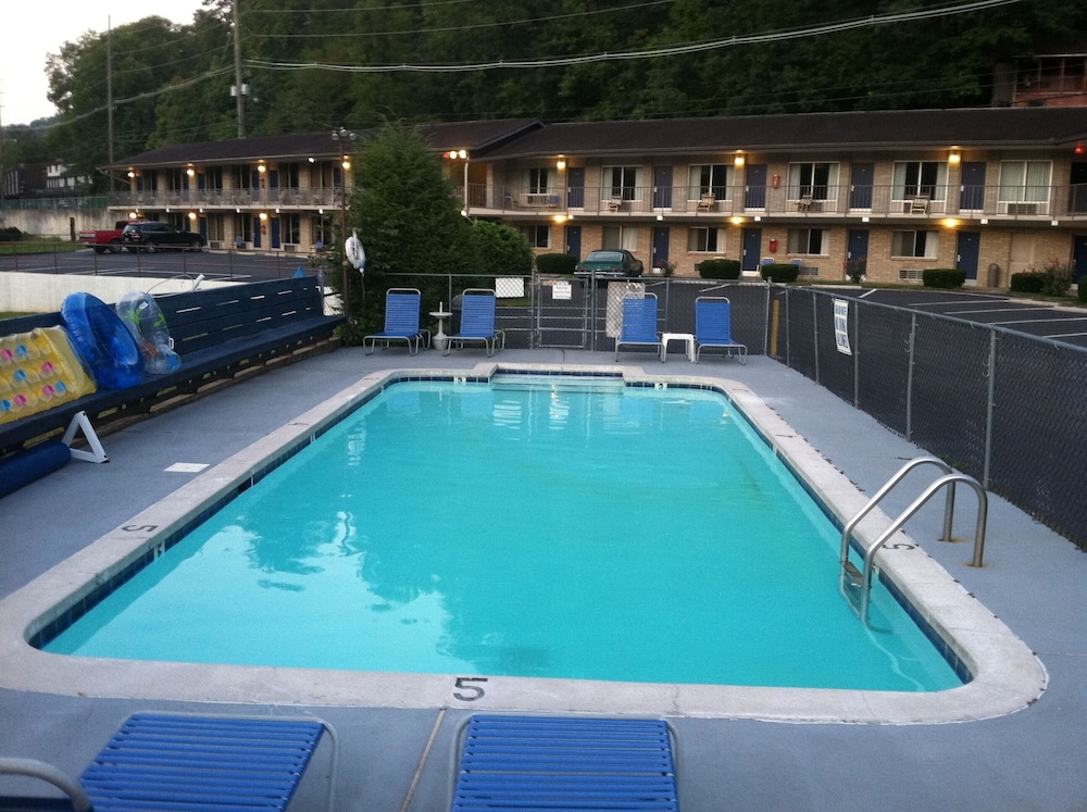 Outdoor Pool, Sidney James Mountain Lodge