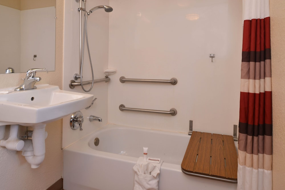 Accessible bathroom, Red Roof Inn Champaign - University