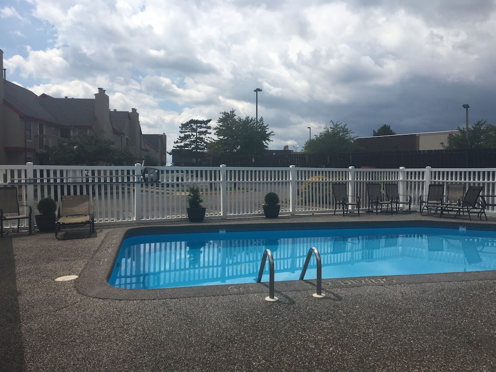 Outdoor Pool, Hawthorn Suites by Wyndham Grand Rapids, MI