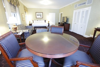 Junior Suite, One King Bed, Lake View - Guestroom