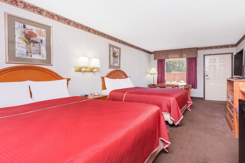 Travelodge by wyndham chattanoogahamilton place 2018 room prices exterior guestroom guestroom colourmoves