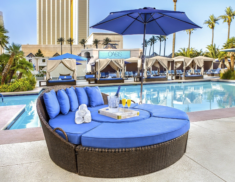 Outdoor Pool, Luxor Hotel and Casino