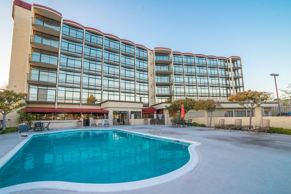 Outdoor Pool, Oakland Airport Executive Hotel