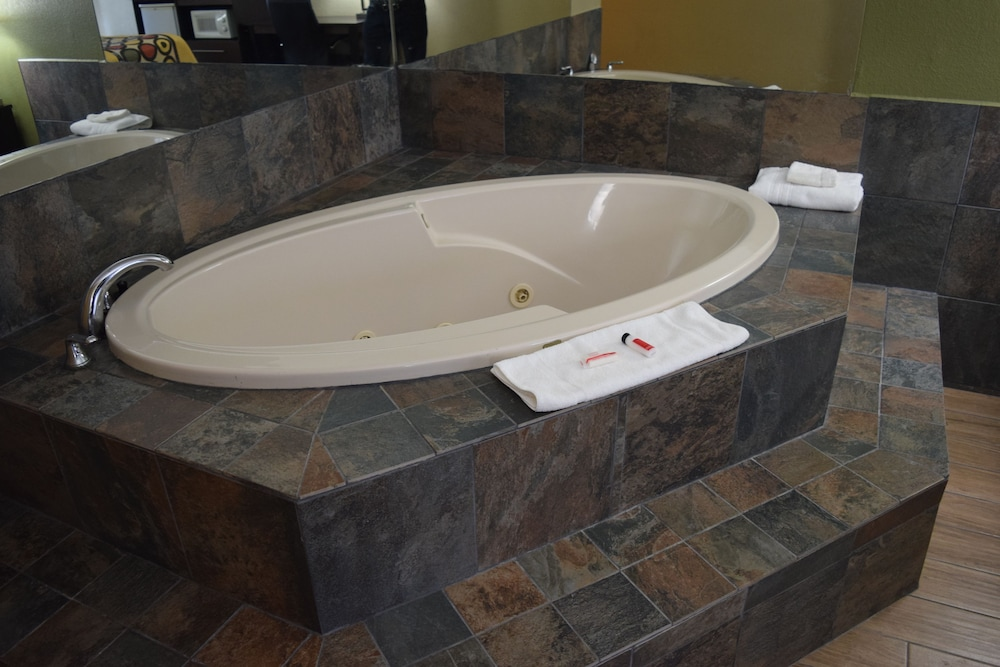 Jetted Tub, Super 8 by Wyndham Paragould