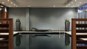 Piscine couverte, accès possible de 06h30 à 23h00, chaises longues