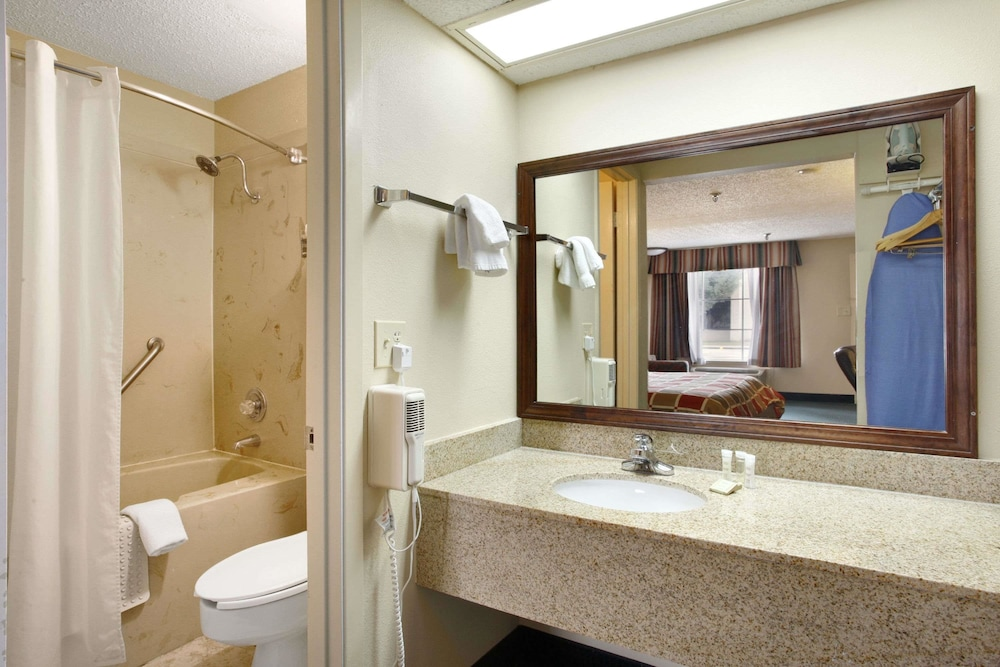 Bathroom, Super 8 by Wyndham New Iberia