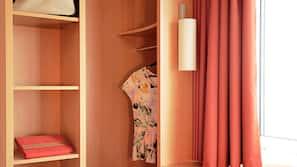 Schreibtisch, schallisolierte Zimmer, Bügeleisen/Bügelbrett