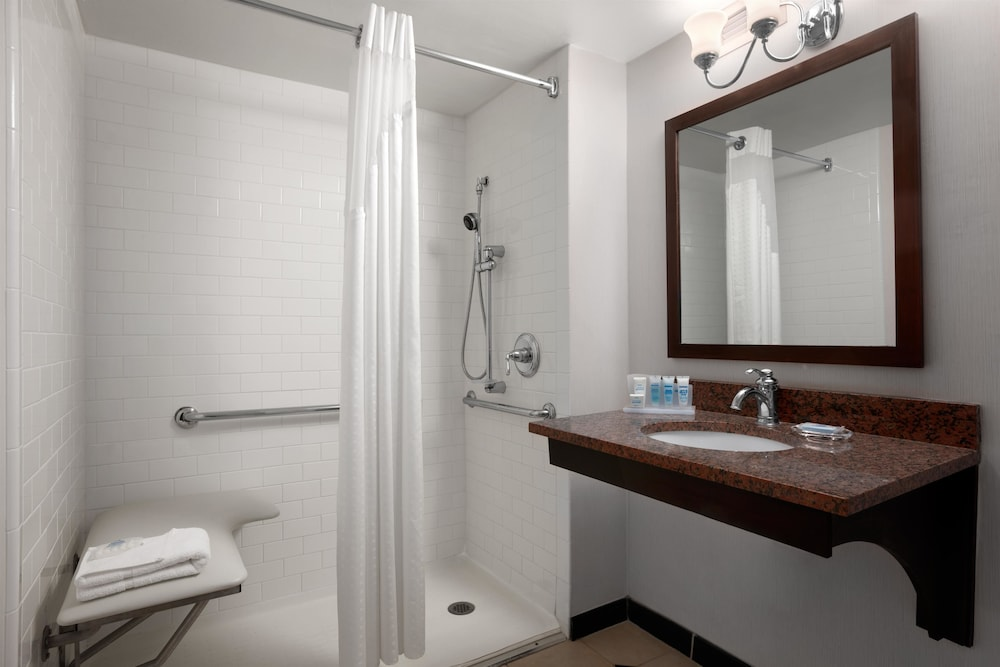 Bathroom Shower, Wyndham Philadelphia Historic District