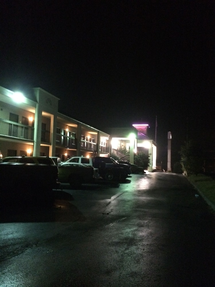 Front of Property - Evening/Night, Motel 6 Kingsport, TN