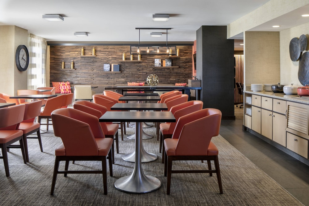 Executive Lounge, The Lincoln Marriott Cornhusker Hotel
