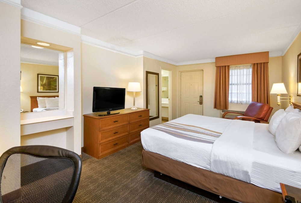 Room, La Quinta Inn by Wyndham San Antonio Market Square