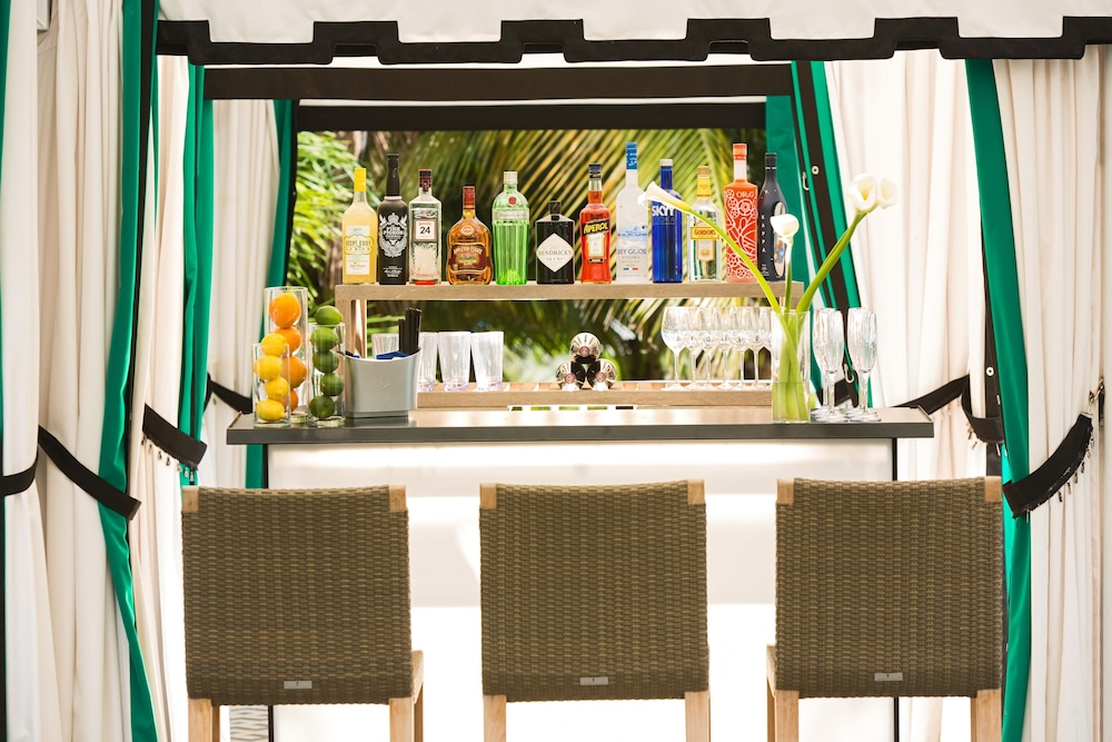 Poolside Bar, Kimpton Surfcomber Hotel