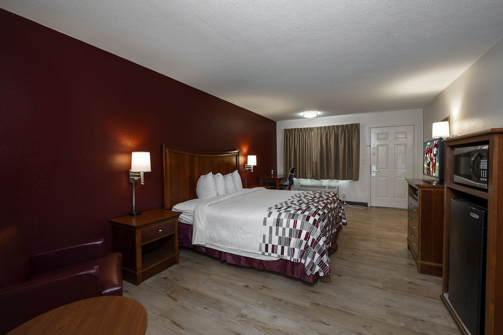 Room, Red Roof Inn & Suites Dothan
