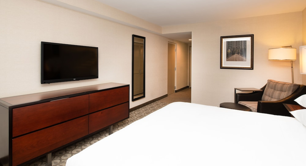 Room, DoubleTree by Hilton Hotel and Suites Charleston Airport