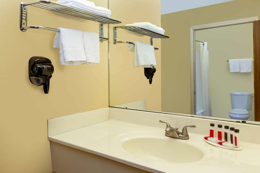 Bathroom, Days Inn by Wyndham Chillicothe