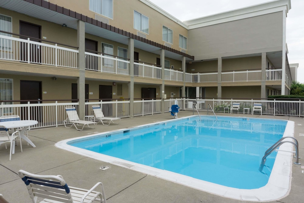 Pool, Days Inn by Wyndham Florence Cincinnati Area