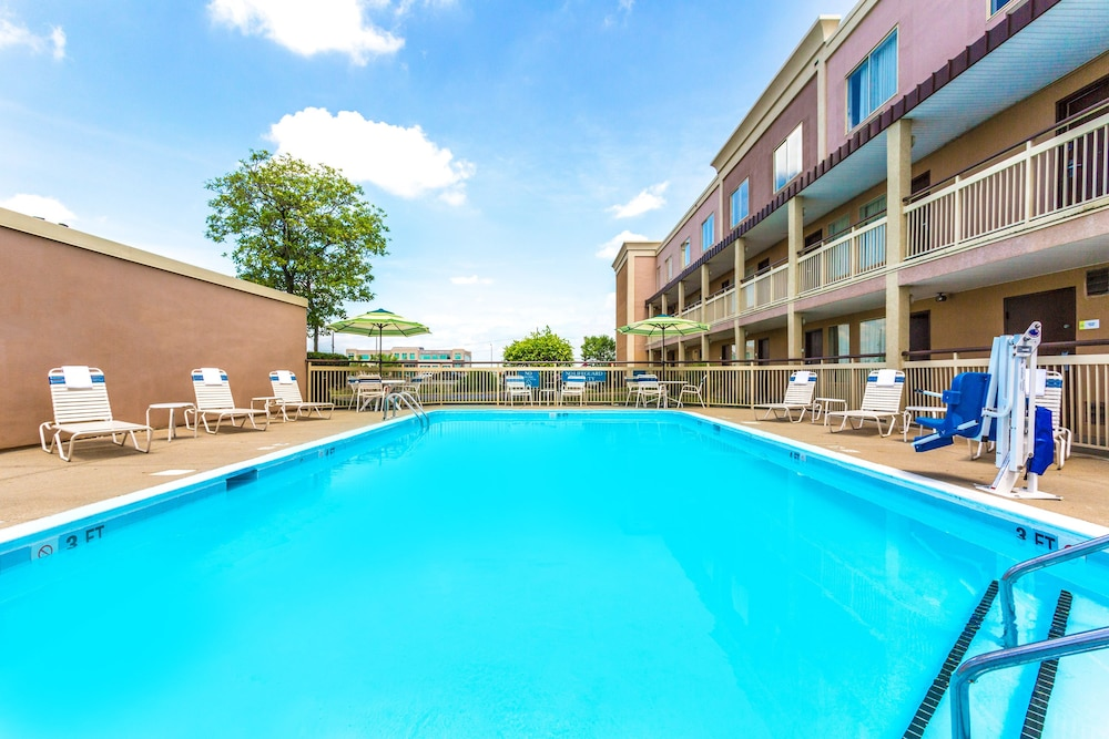 Outdoor Pool, Days Inn by Wyndham Florence Cincinnati Area