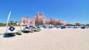 Am Strand, weißer Sandstrand, Cabañas (gegen Gebühr), Liegestühle