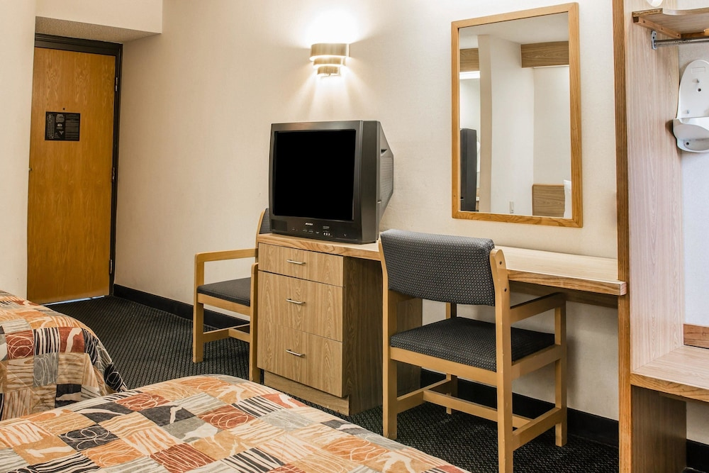 Room, Days Inn by Wyndham Flint/Bishop International Airport