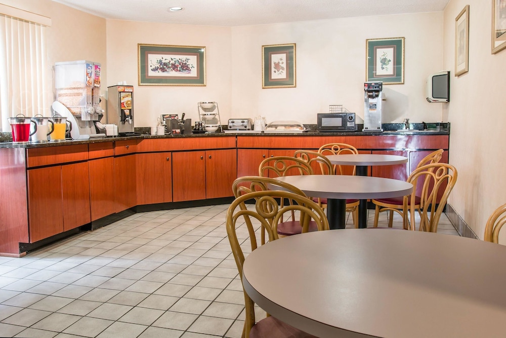 Dining, Days Inn by Wyndham Flint/Bishop International Airport