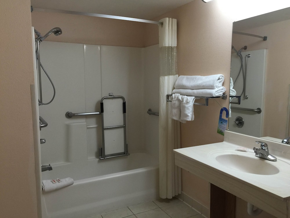 Bathroom, Days Inn by Wyndham Yuma
