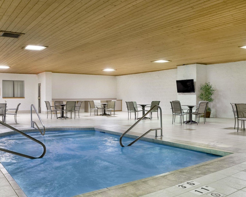 Pool, Quality Inn Bismarck