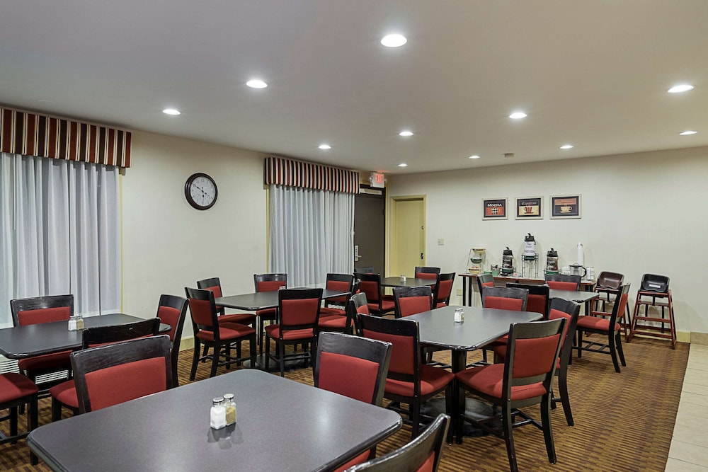 Breakfast Area, Quality Inn And Suites Skyways