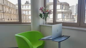 Espacio para trabajar con un portátil y cortinas opacas