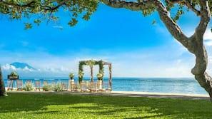 Gần bãi biển, cát trắng, dù trên bãi biển, khăn tắm biển