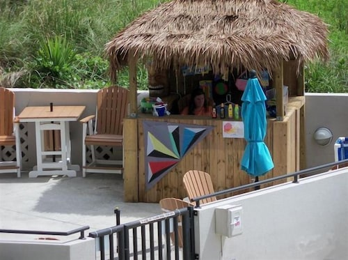 Poolside Bar, Shell Island Resort - All Oceanfront Suites