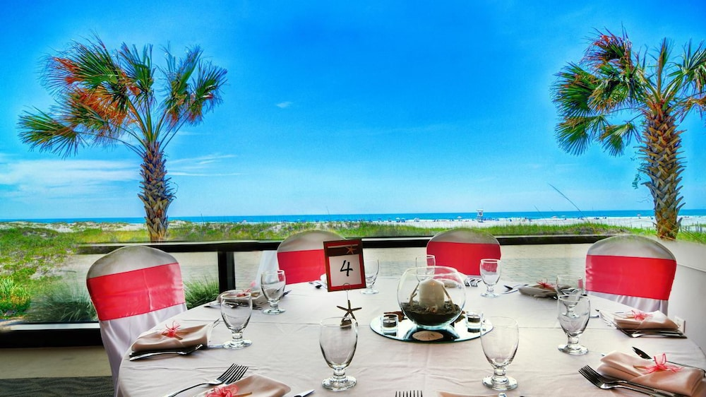Outdoor Dining, Shell Island Resort - All Oceanfront Suites