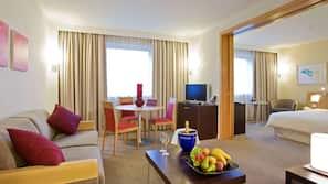 Een minibar, een kluis op de kamer, een bureau, een laptopwerkplek