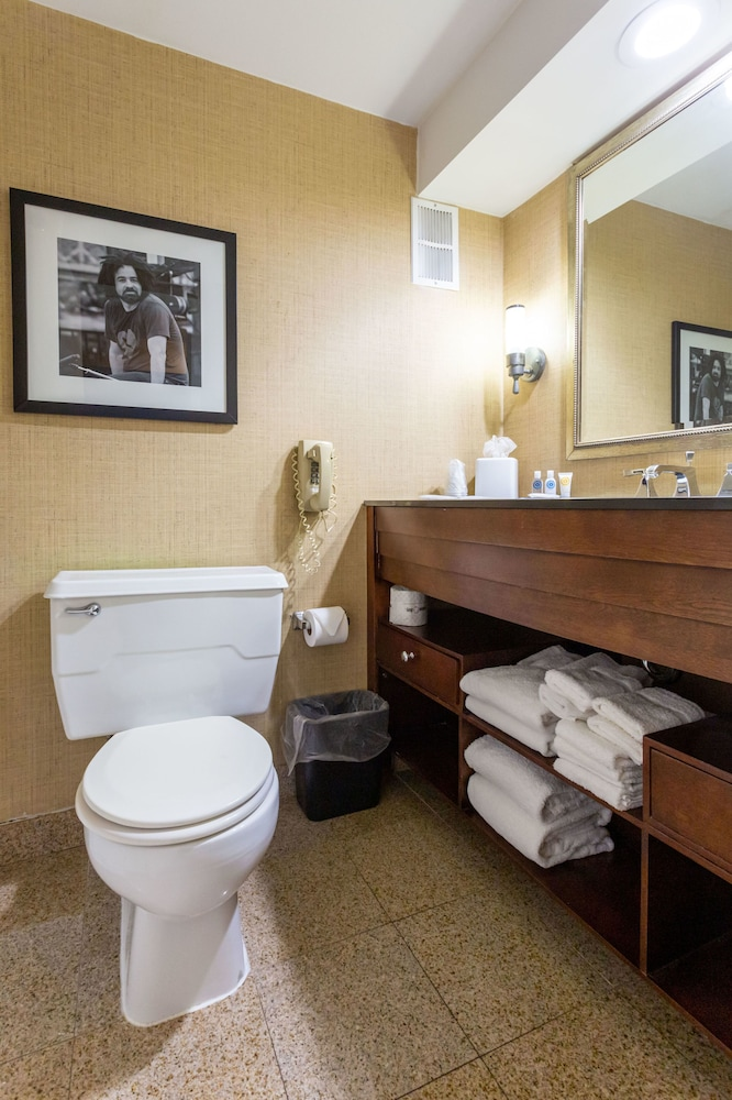 Bathroom, Comfort Inn & Suites Baltimore Inner Harbor