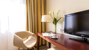 Allergivenligt sengetøj, pengeskab på værelset, skrivebord