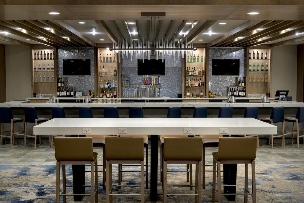 Bar, Delta Hotels by Marriott Utica