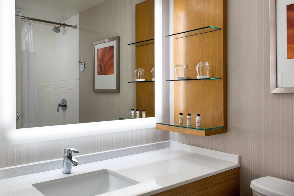 Bathroom, Delta Hotels by Marriott Utica