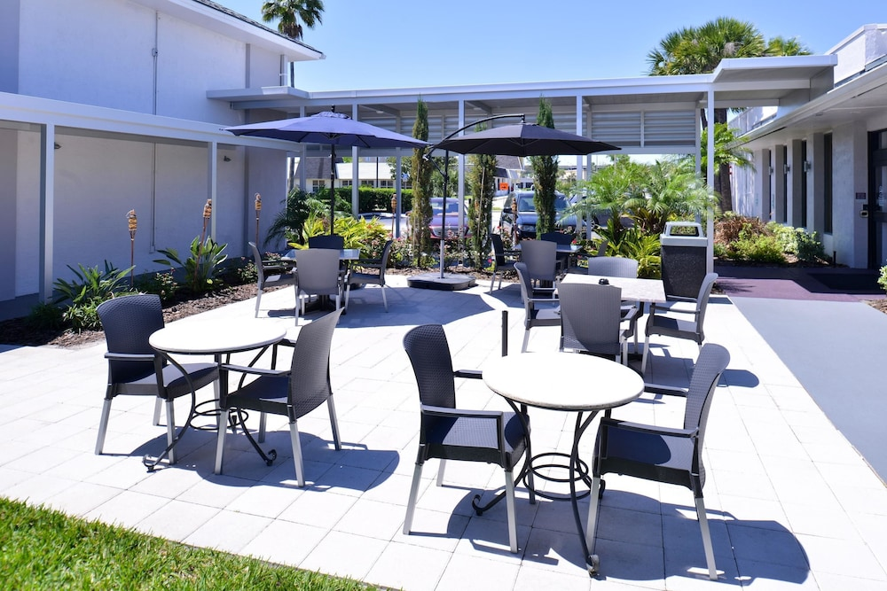 Terrace/Patio, Clarion Inn & Suites Across From Universal Orlando Resort