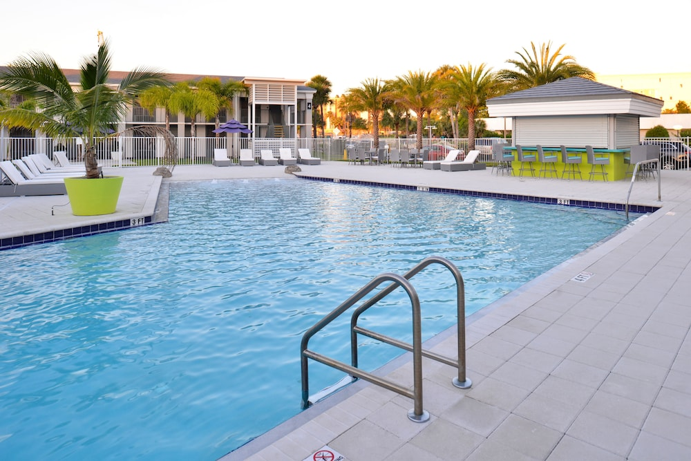 Outdoor Pool, Clarion Inn & Suites Across From Universal Orlando Resort