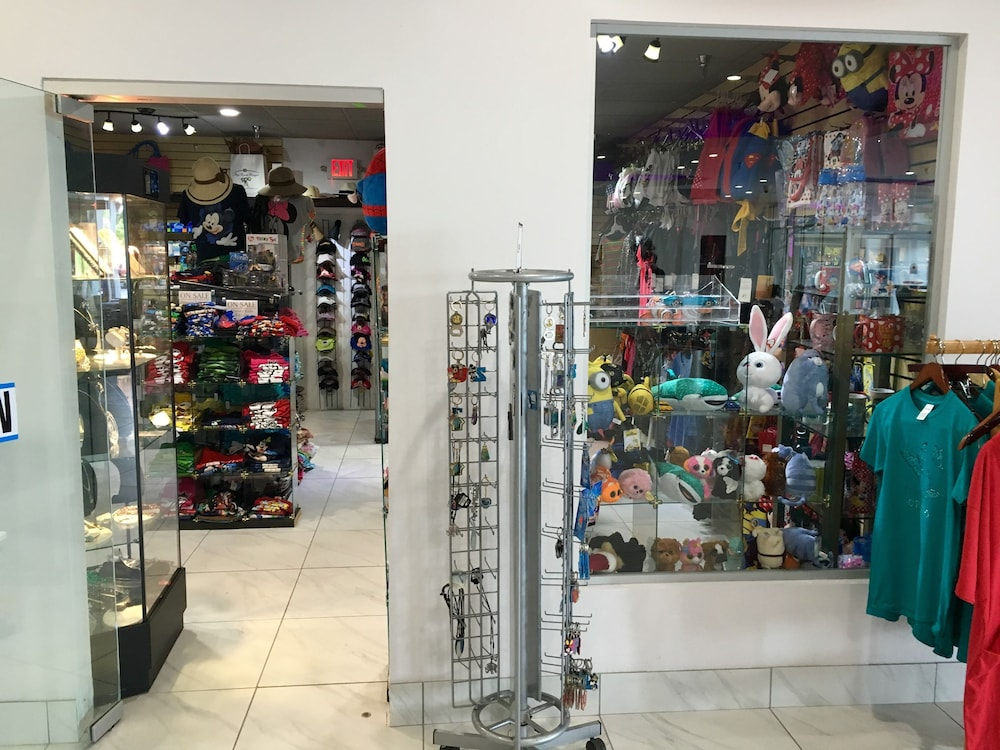 Gift Shop, Clarion Inn & Suites Across From Universal Orlando Resort