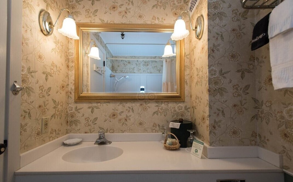 Bathroom, Lamie's Inn and The Old Salt Restaurant