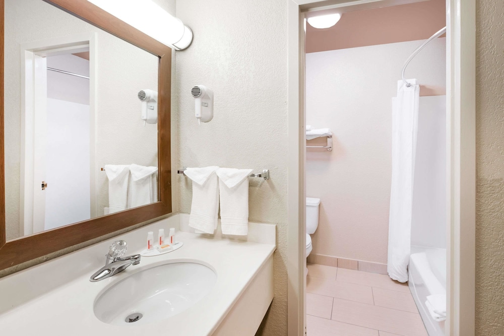 Bathroom, Days Inn by Wyndham West Des Moines
