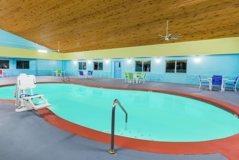 Pool, Days Inn by Wyndham West Des Moines