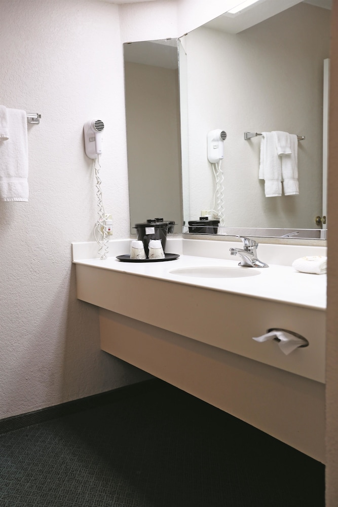 Book la quinta inn fort stockton fort stockton hotel deals for H bathrooms stockton