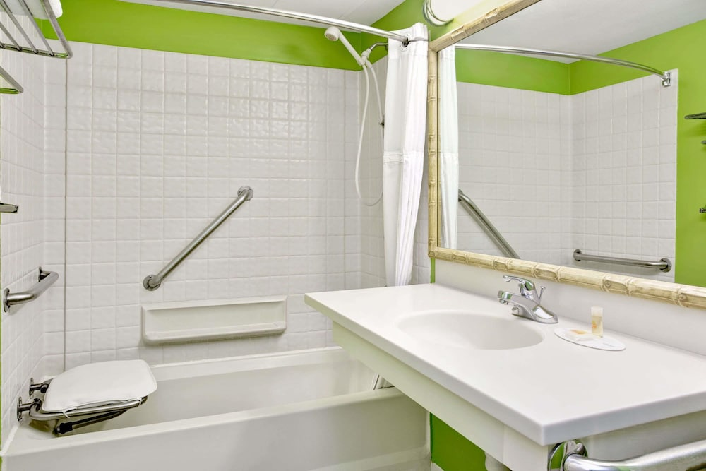 Bathroom, Days Inn & Suites by Wyndham Davenport