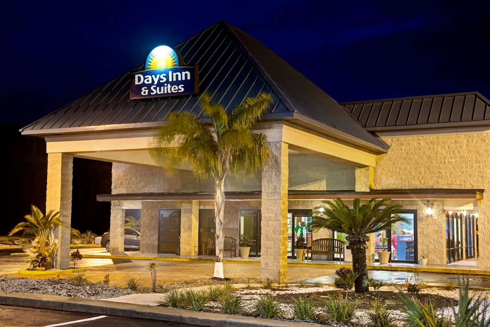 Exterior, Days Inn & Suites by Wyndham Davenport