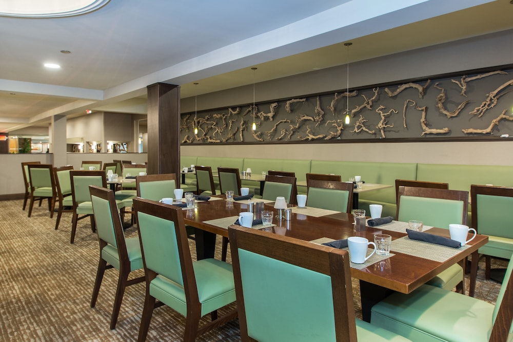 Restaurant, DoubleTree by Hilton Cleveland East Beachwood