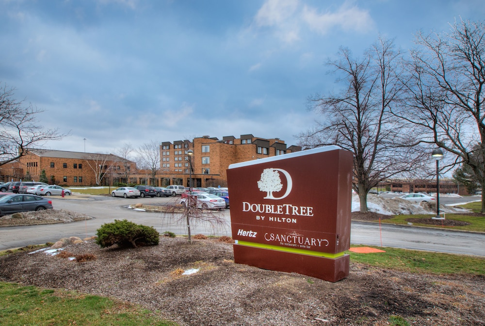 Property Entrance, DoubleTree by Hilton Cleveland East Beachwood