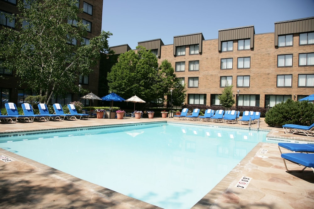 Outdoor Pool, DoubleTree by Hilton Cleveland East Beachwood