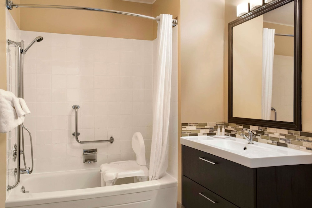 Bathroom, Travelodge by Wyndham Kenora
